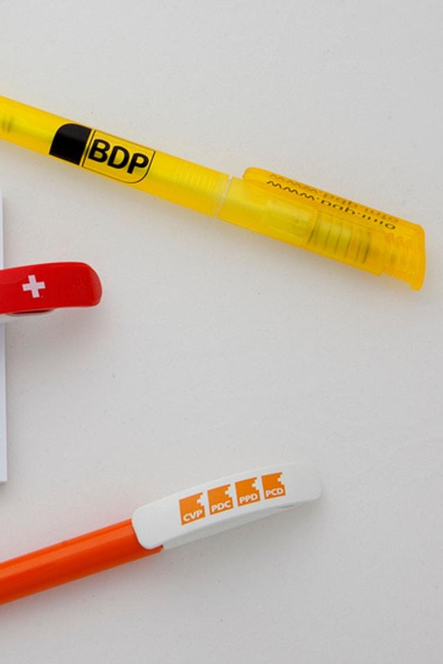 Zwei Kugelschreiber mit den Logos von BDP und CVP.