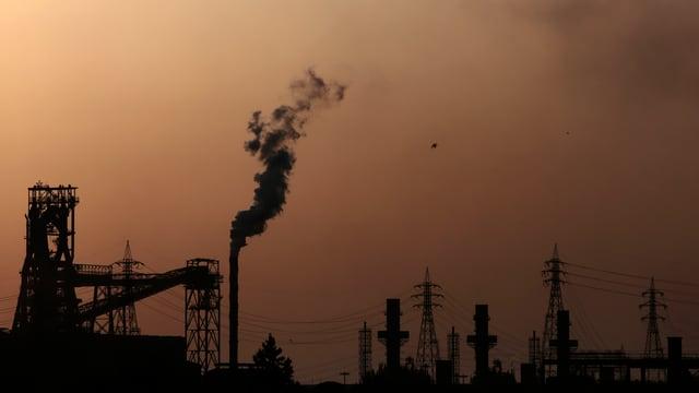 Bild des Stahlwerks Ilva in Taranto im Morgengrauen.