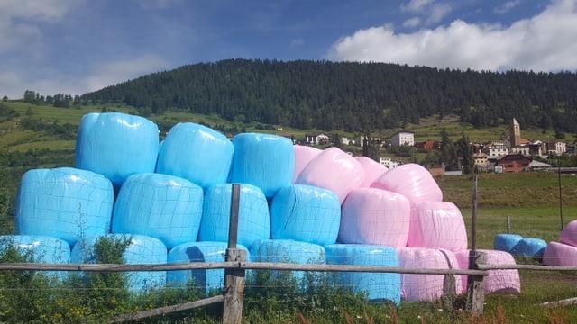 Sut Ramosch è da vesair ballas da silo en blau en rosa.