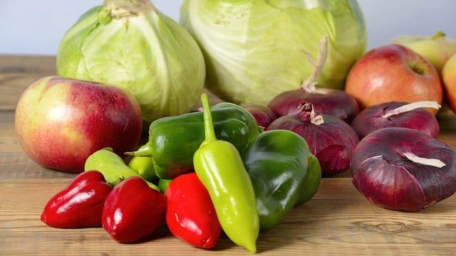 Diverse Gemüse auf Holztisch.
