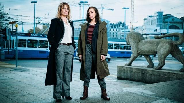 Die zwei Hauptdarstellerinnen Anna Pieri Zuercher als Kommissarin Isabelle Grandjean und Carol Schuler als Tessa Ott