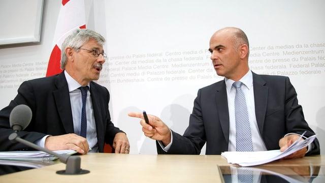 Der Basler Gesundheitsdirektor Carlo Conti mit Bundesrat Alani Berset während einer Medienkonferenz.