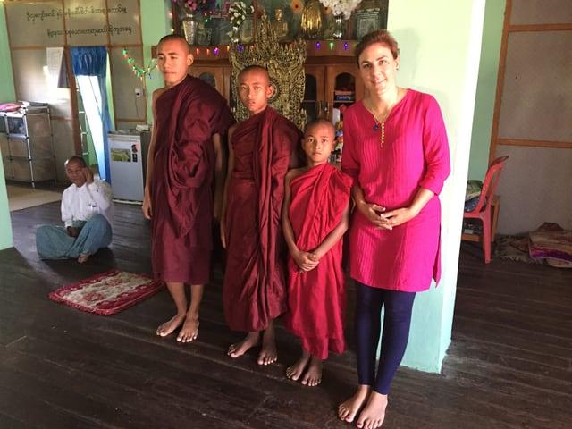 Die SRF Korrespondentin mit jungen Mönchen in Myanmar.