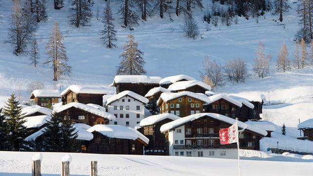 Verschneites Gomser Dorf.