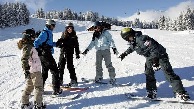 Jugendliche auf dem Snowboard.