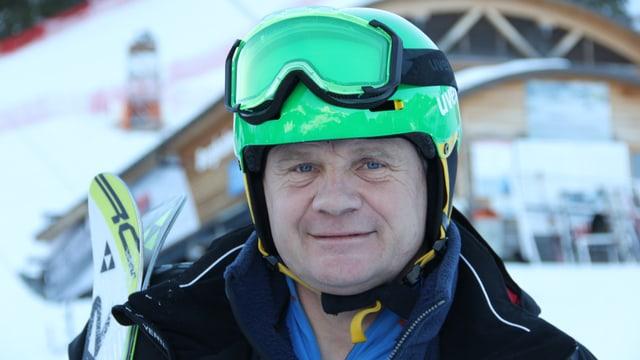 Ein Mann mit Skihelm und -brille.