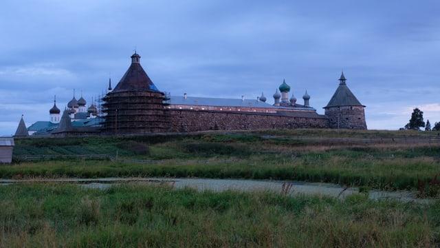 Das Solovetsky-Kloster im Dämmerlicht.