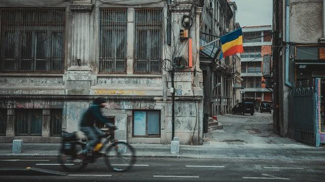 Velofahrer auf einer Strasse in Bukarest