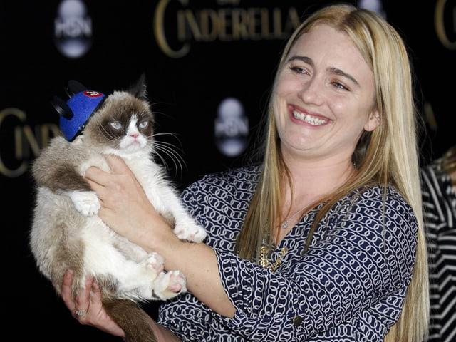 «Grumpy Cat» wird von Frau gehalten