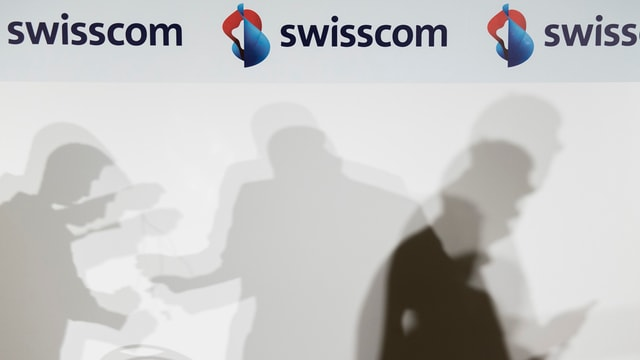 Sumbrivas sa muentan da maniera agittada davant in logo da la Swisscom.