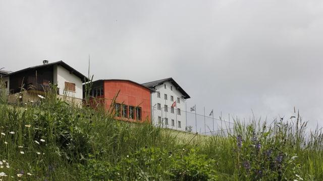 La sala polivalenta (cotschen) e la chasa da scola da la fracziun da Tschlin