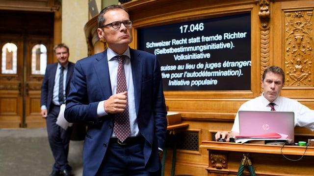 SVP-Nationalrat Roger Köppel verfolgt die Debatte