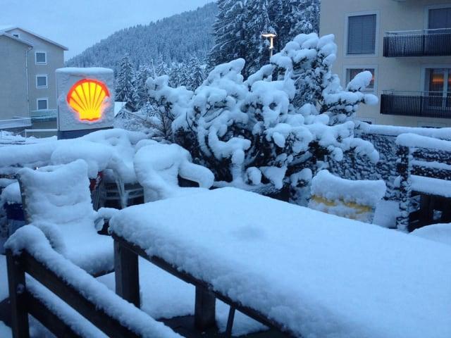 Frühstück auf dem Balkon fällt heute aus. Die Gartenmöbel werden von einer rund 10 Zentimeter dicken Schneeschicht überzogen.