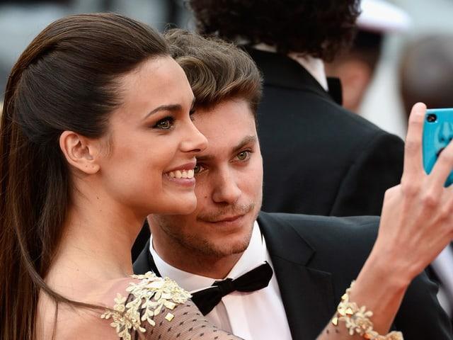 Mann und Frau machen Selfie