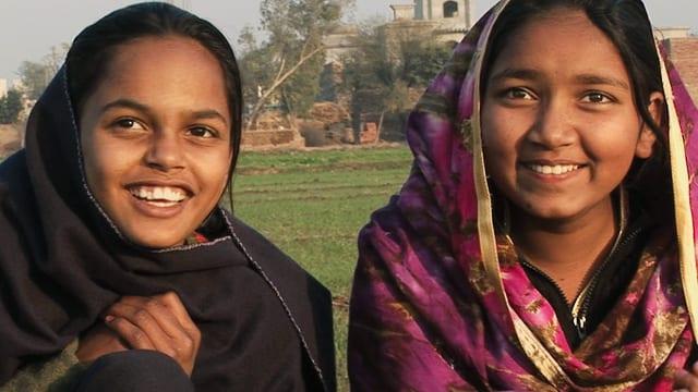 Die beiden Mädchen Somara und Marvi lachen in die Kamera.