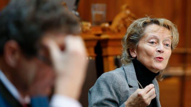 Eveline Widmer-Schlumpf pleda en la sala dal Cussegl dals chantuns