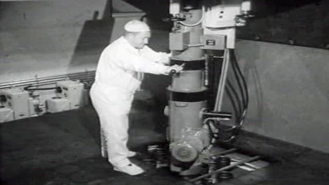 Ein Mann bedient eine Maschine im Versuchsatomkraftwerk in Lucens
