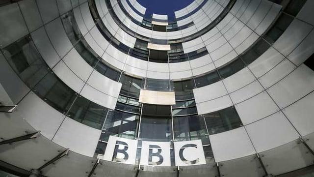 BBC-Logo in einem Innenhof.