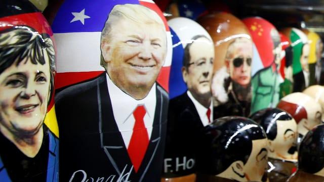 Trump-Matrioschka neben weiteren Figuren von politischen Akteuren wie Merkel oder Holande.