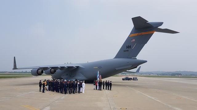 Das Flugzeug am Militärstützpunkt Osan