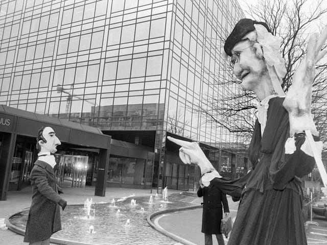 Demonstration gegen undurchsichtige Investments von Marc Rich mit überdimensionalen Strohpuppen 1992 vor dem Firmensitz in Zug.