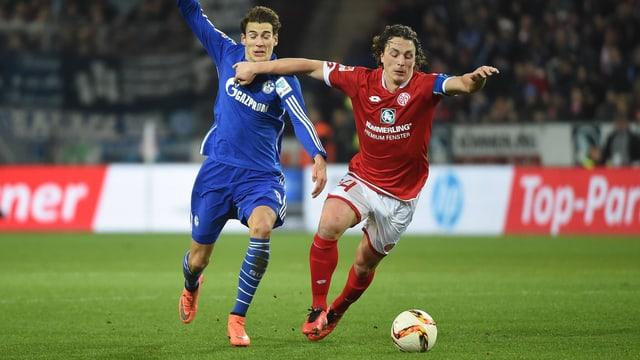 Julian Baumgartlinger (r.) enteilt der Schalker Abwehr.