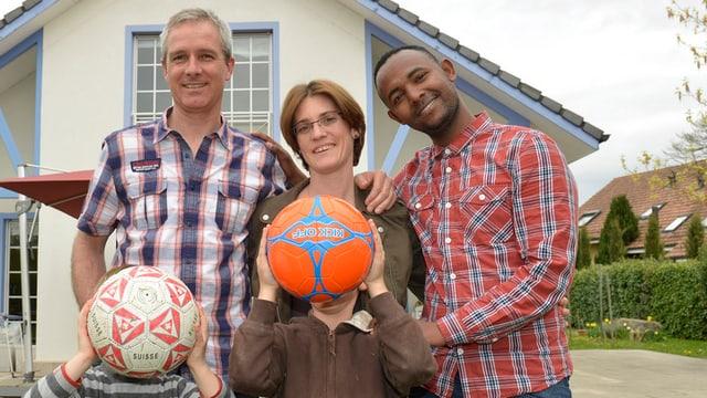 Ein Flüchtling aus Eritrea bei seiner Schweizer Gastfamilie