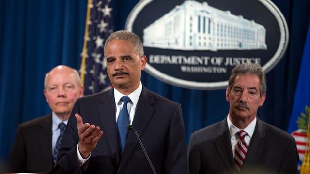 Holder und zwei weitere US-Behördenvertreter bei der Medienkonferenz.