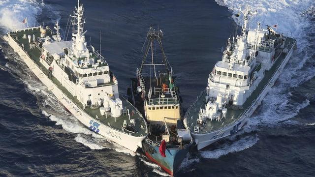 Zwei Schiffe klemmen ein drittes ein