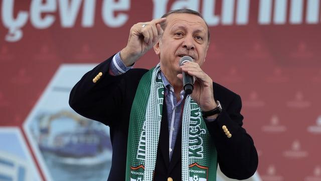 Erdogan spricht zu Anhängern.
