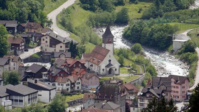 Dorf Gurtnellen mit Kirche und Bach
