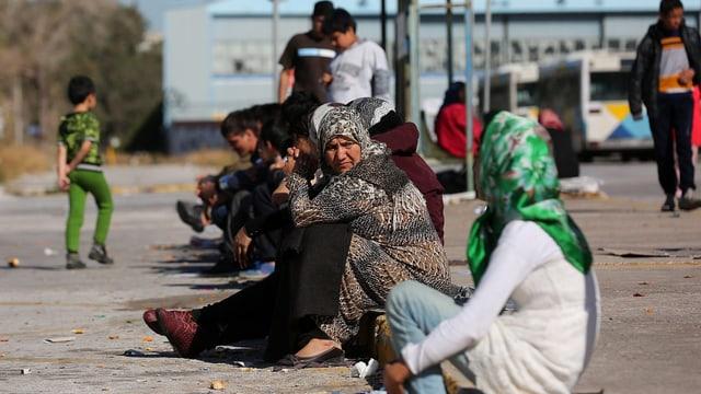 Flüchtlinge aus Afghanistan warten Nahe eines alten Flughafens in Athen auf ihre Weiterreise.