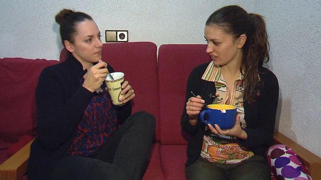 Nina Brunner sitzt mit der spanischen Studentin Irene auf dem Sofa, zusammen essen sie Müesli.