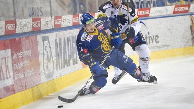dus hockeyans cumbattan per il puck