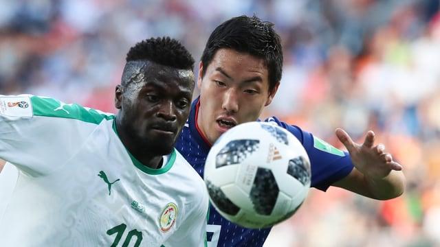 In Giapunais ed in Senegalais en il duel per il ball.