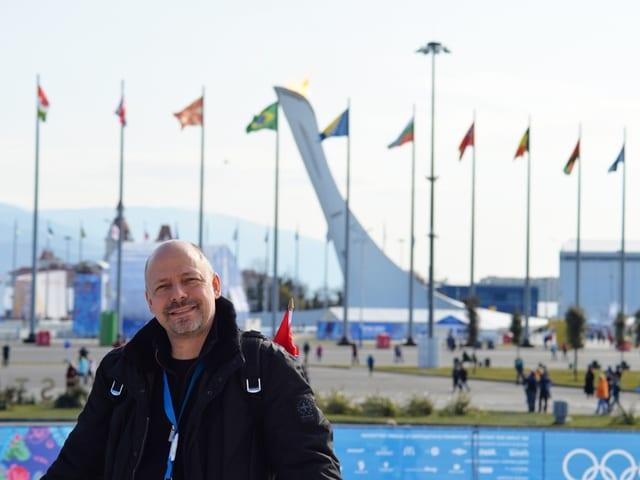 Olympia-Sammler Markus Osterwalder im Olympic Park in Sotschi, nahe der Curling-Halle.