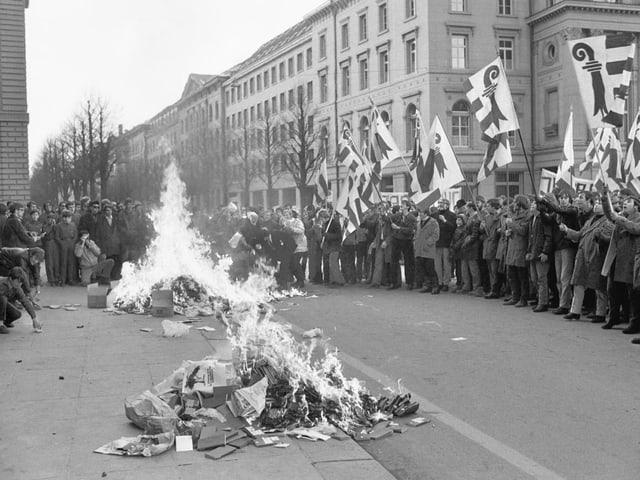 Projurassische Demonstranten haben ein Feuer auf dem Bundesplatz entfacht, Schwarzweissbild.