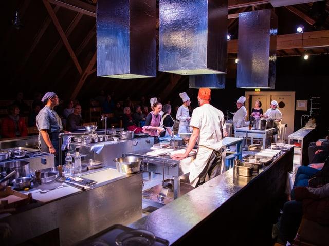 Eine Bühne wird zu einer grossen Restaurantküche mit Kochpersonal