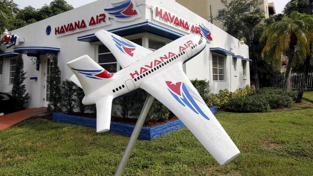 Büro von Havana Air in Miami mit Flugzeugmodell vor dem Gebäude
