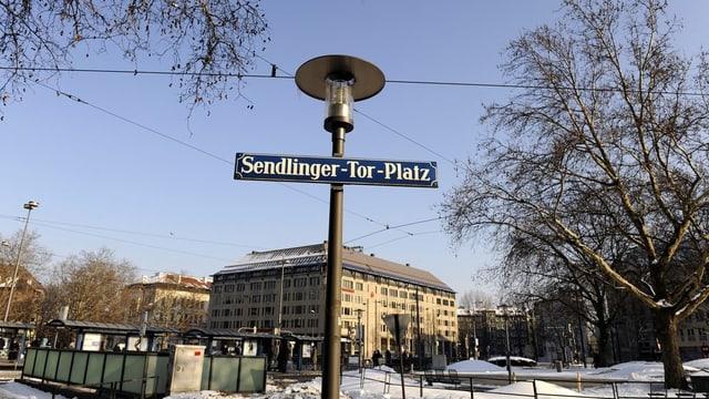 """Eine Strassenlampe mit dem Strassenschild """"Sendlinger Tor Platz"""""""