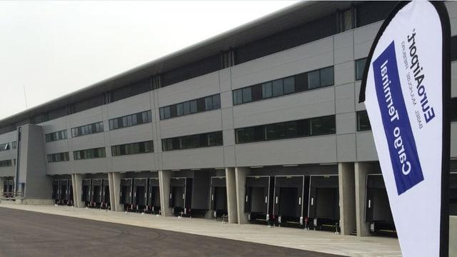 Fassade der neuen Frachthalle.