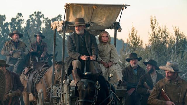 Halbtotale mit Tom Hanks und Helena Zengel in einer offenen Kutsche.