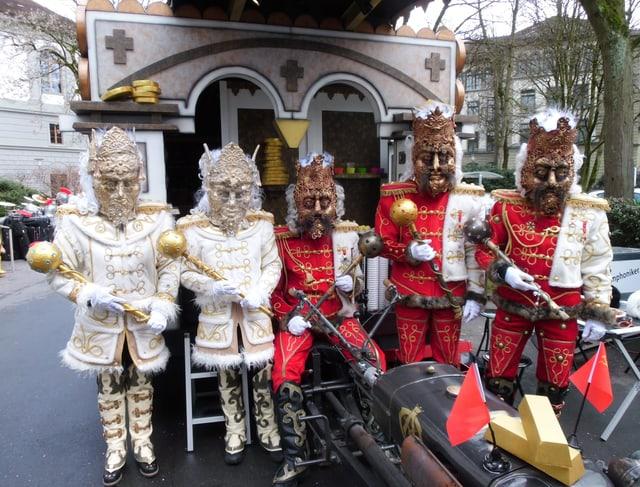 Fünf Mitglieder der Fasnachtsgruppe Orbis Arbitrarius. Sie waren unter dem Motto «Zarengold» unterwegs.