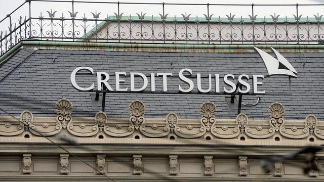Credit-Suisse-Logo auf Hausdach
