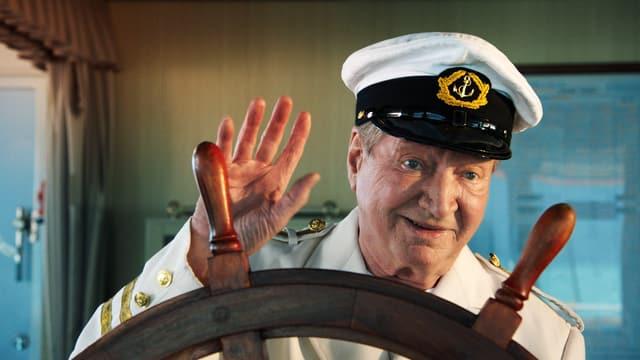 Man in der Uniform eines Schiffkapitäns