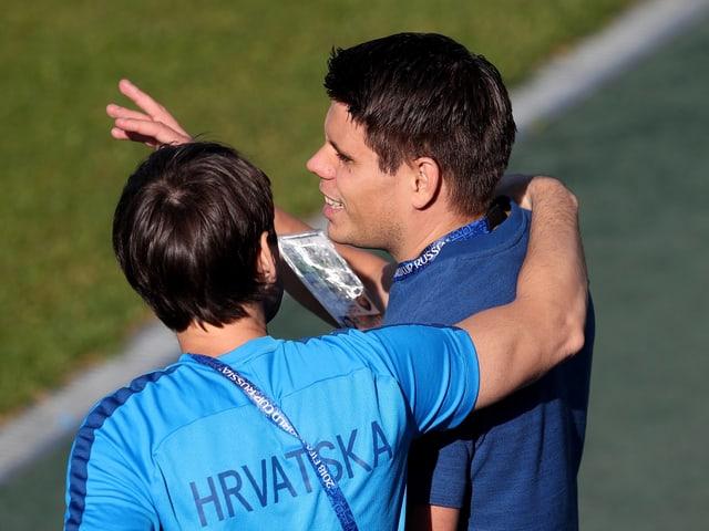 Ognjen Vukojevic umarmt einen Kollegen vom Staff.