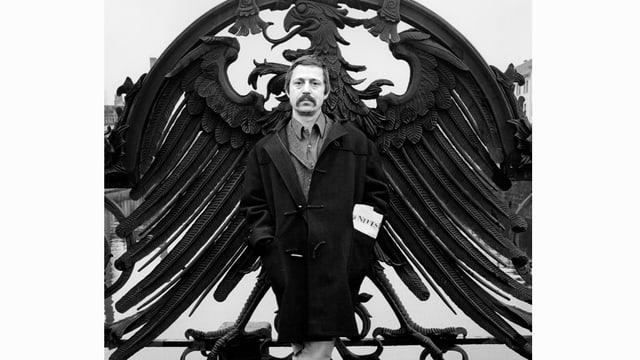 Wolf Biermann vor dem preussischen Adler stehend