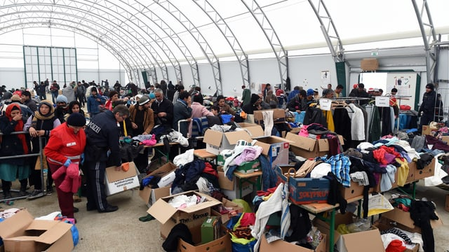 Ein riesiges Zelt und vielen Flüchtlingen und vierlen Kleiderkisten.