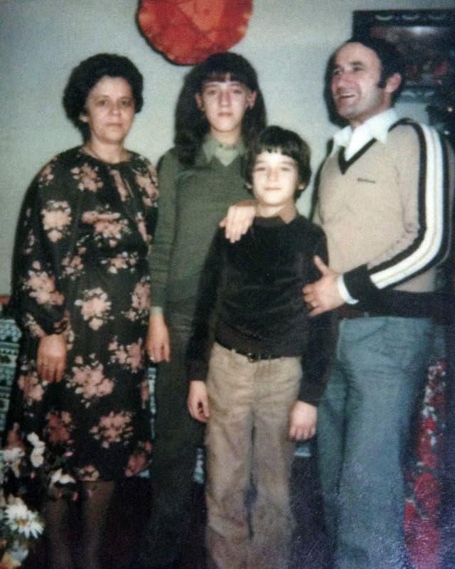 Eine Familie mit Tochter und Sohn posiert für die Kamera.