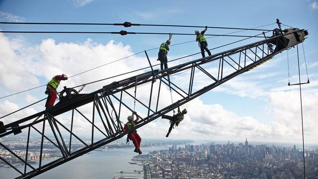 Arbeiter auf einem Kran in New York.